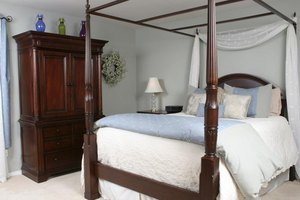 Plantation style home decorating ehow for Plantation style bed