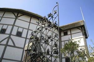 differences between the shakespeare globe and The biggest difference between theatre in shakespeare's time and theatre today, one that arguably coloured many other aspects of 16th- or 17th-century theatre practice, was that it lacked something modern theatre companies find invaluable: a director.