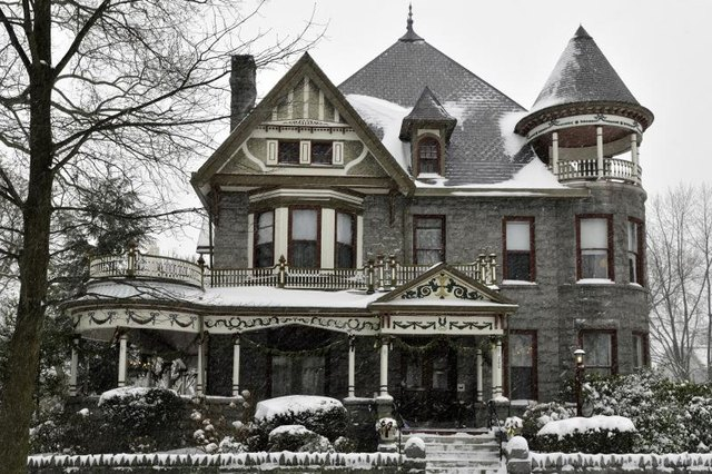 What Is The Difference Between A Queen Anne Style Home And
