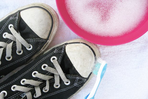 how to get rid of mud stains on white shoes