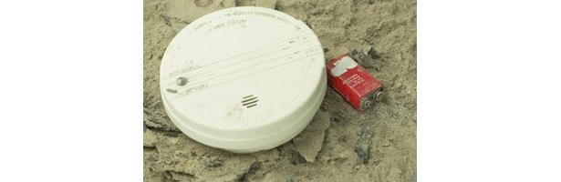 how to remove a smoke detector cover ehow. Black Bedroom Furniture Sets. Home Design Ideas