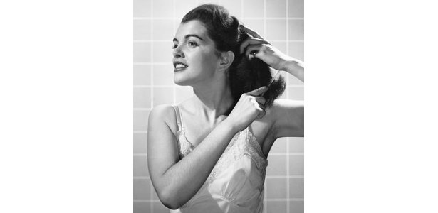 How to Do Simple Old-Fashioned Pinup Hair thumbnail