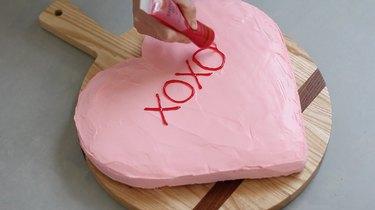 """Writing """"XOXO"""" on cake"""