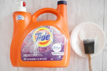 This summer, give your kids the gift of endless bubbles by transforming an empty detergent bottle with a pour spout into a bubble station for kids.
