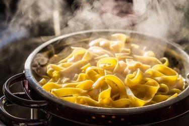Steaming strainer of noodles