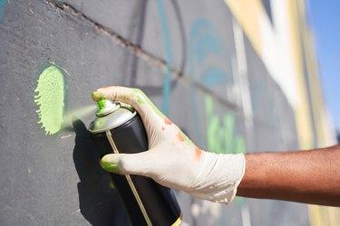 Man drawing live murales