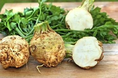 Organic celery (root and leaves)