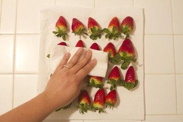 Pat strawberries dry