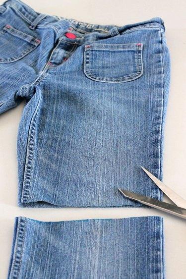 Perna das calças cortada