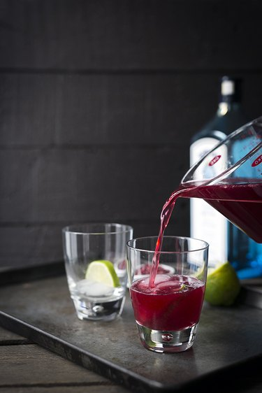 Pomegranate Gin and Tonic Cocktail | eHow