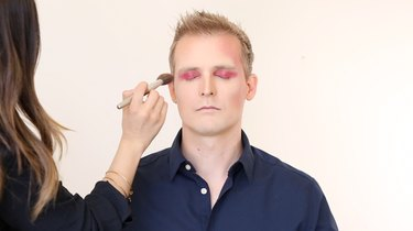 Contour with red powder