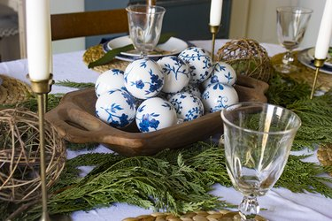 Chinoiserie ornaments as table centerpiece.