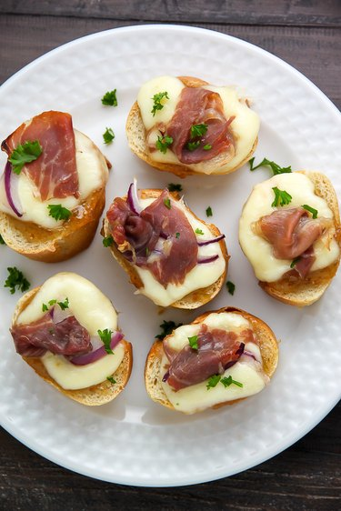Fig and prosciutto crostini ready to be served.