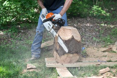 Cut the center facets with the chainsaw.