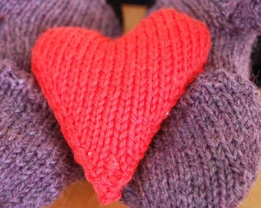 How to Knit Heart-Shaped Hand Warmers