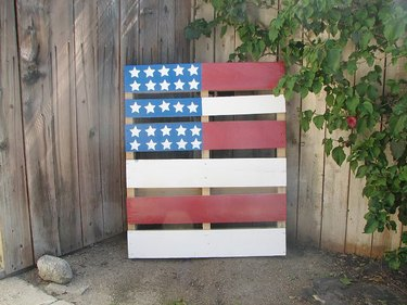 Pallet painted like the American flag.