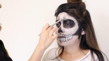 How to Do Skeleton Halloween Makeup