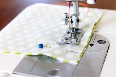 Costura da largura das tiras de tecido