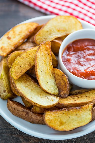 Pan fried potato wedges ready to be served