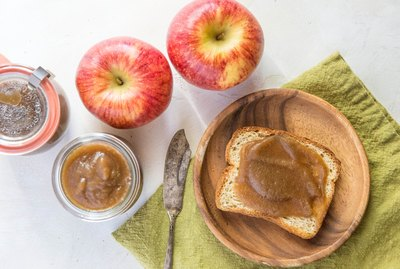 toast with apple butter and jars of apple butter