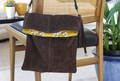 Whether you're on vacation, shopping at the store, strolling through the park or enjoying an afternoon at the zoo, a cross bodybag is a must have item.