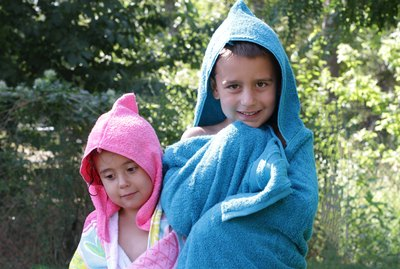 Nothing like staying wet to beat the heat. But when it's time to dry off, don't just use any old towel, nope, wrap your kids up in a DIY hooded towel they can wear.