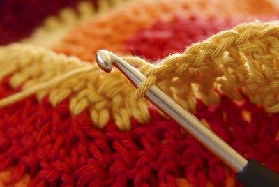 Häkelnadel in bunter Wolle