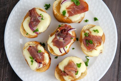 This Fig and Prosciutto Crostini Recipe is a Perfect Party Food