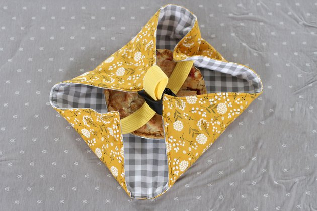 When you show up carrying your fresh pie in this fabric pie carrier, everyone is going to want to know which boutique sells them. Won't they be surprised when you tell them you made it yourself.