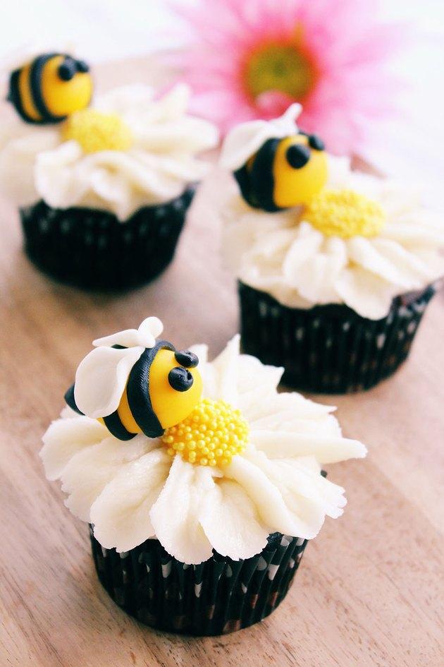 daisy bee cupcakes