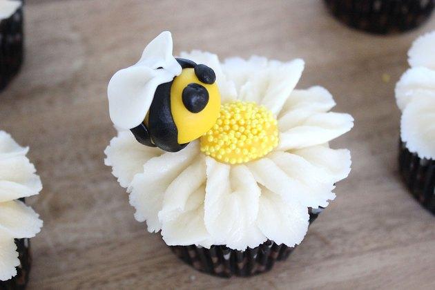 bumblebee daisy cupcake