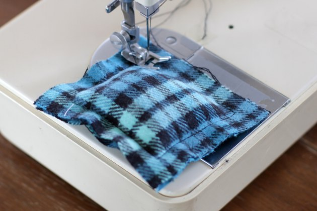 Keep your fingers toasty warm when watching that game or out admiring the fall colors by throwing a few soft and cozy DIY flannel hand warmers into your pockets.