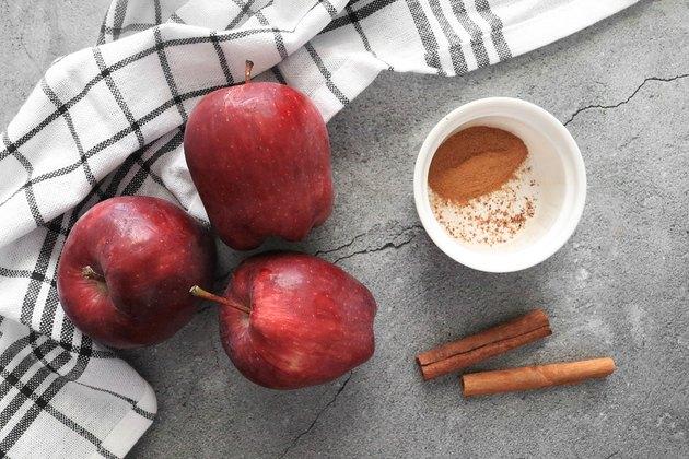 Fırında tarçınlı elma cipsi için malzemeler