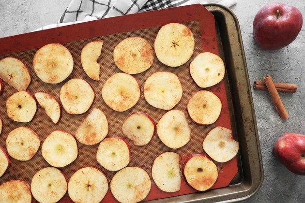 Elma dilimlerini pişirin
