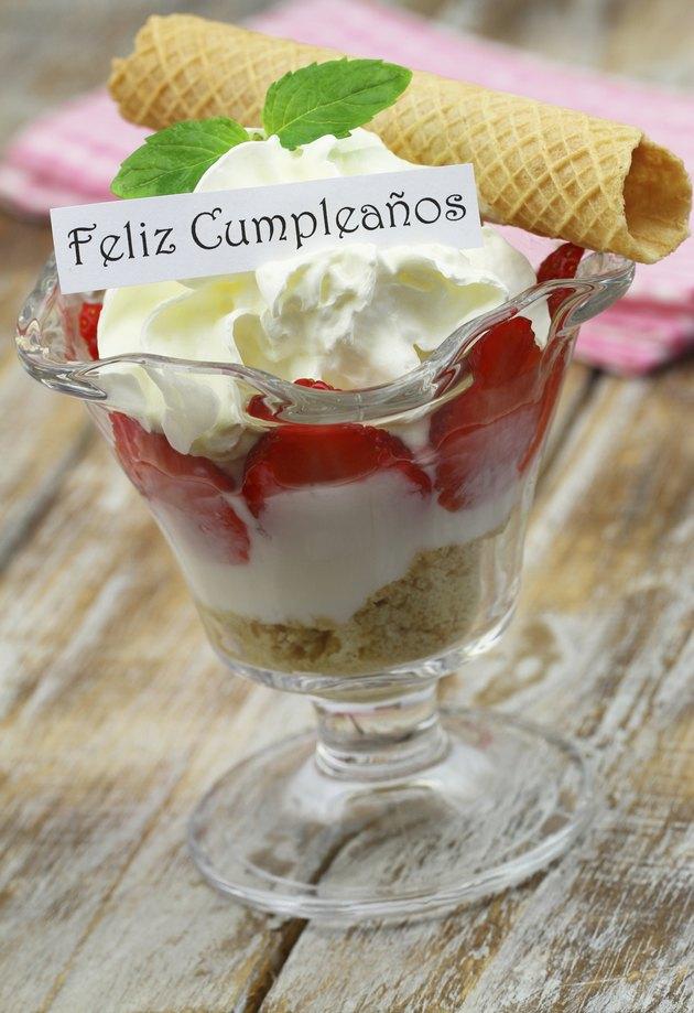 Feliz cumpleanos (Happy birthday in Spanish) card with dessert