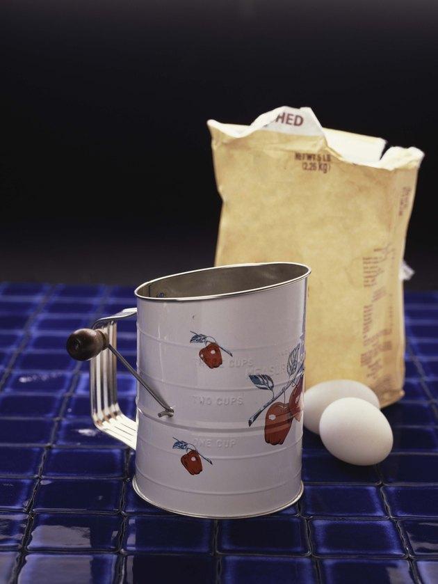 Flour sifter with flour