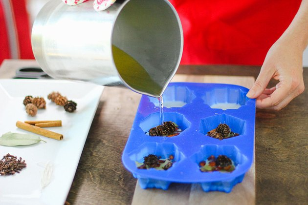 Top the spices and other items with more hot wax.