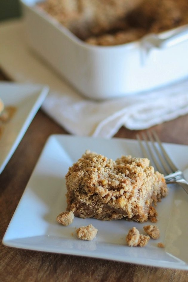 Plate of coffee cake with crumbly topping.