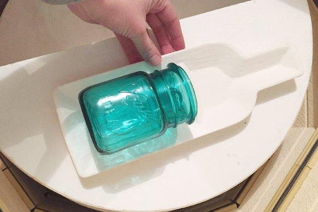 Place the jar on the kiln mold, near the bottom.