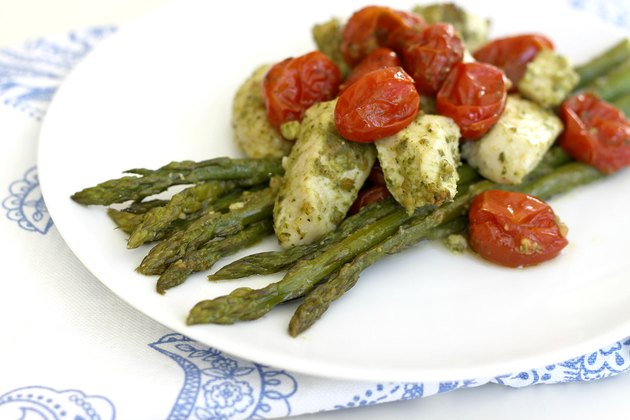 pesto chicken with asparagus and tomatoes