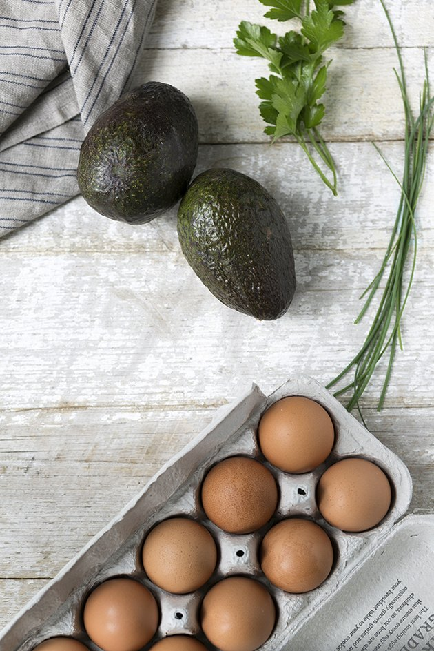 How to Bake Avocados With Eggs in the Middle | eHow
