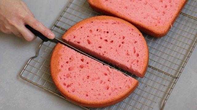 Cutting round cake in half