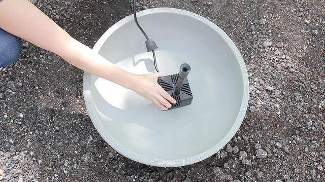 Placing fountain pump into container