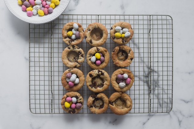 Divide the speckled eggs between the cookie cups.