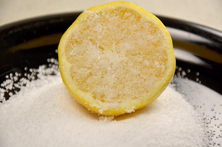 An image of lemon in salt.