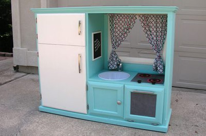 Adorable DIY kids kitchen
