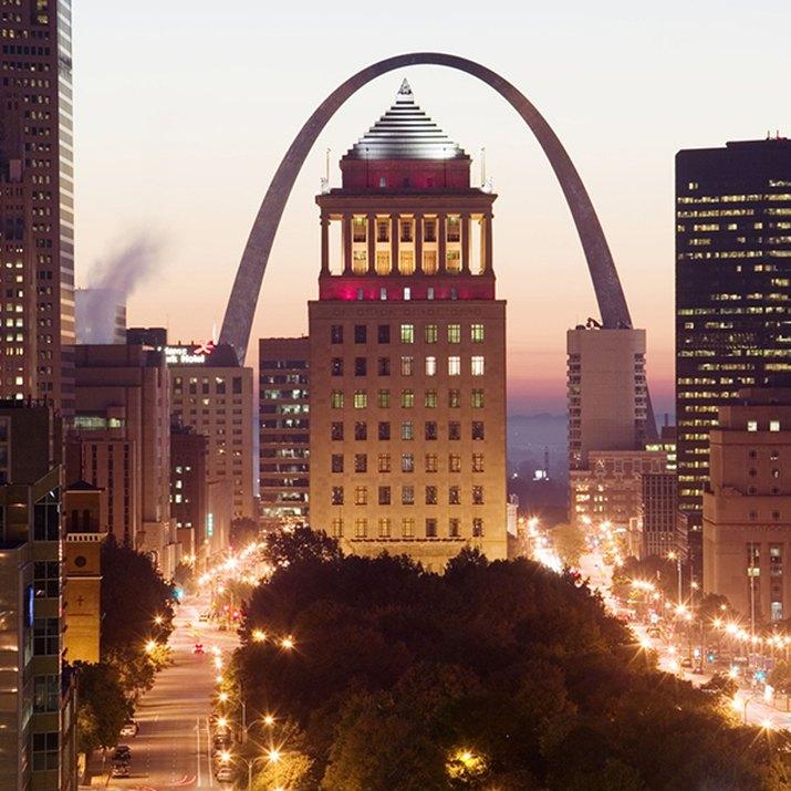 USA, Missouri, St. Louis, Gateway Arch, Monument at the riverside