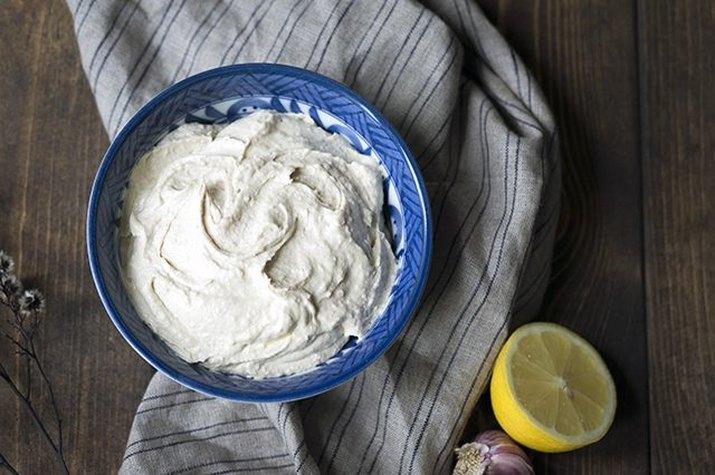 Creamy homemade hummus with lemon.