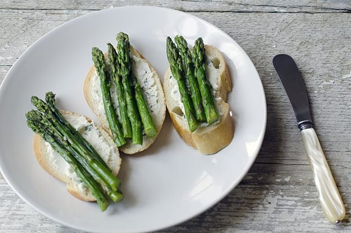 Asparagus and herbed goat chese crostini