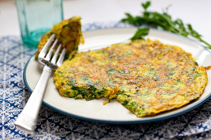 Herb and zucchini frittata fresh out of the pan